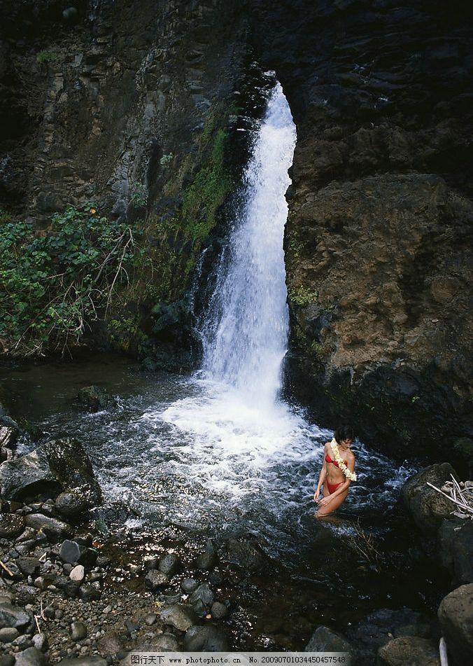 红色比基尼 绿树 山涧流水 泉水 石头 山 瀑布 自然景观 山水风景