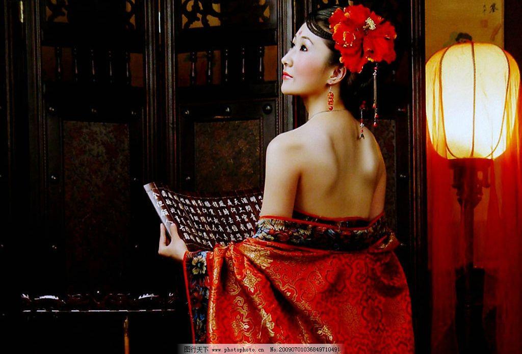 唐古装美女 人物 桌面壁纸 古装 唐代 红衣美女 手持古书 夜明古灯