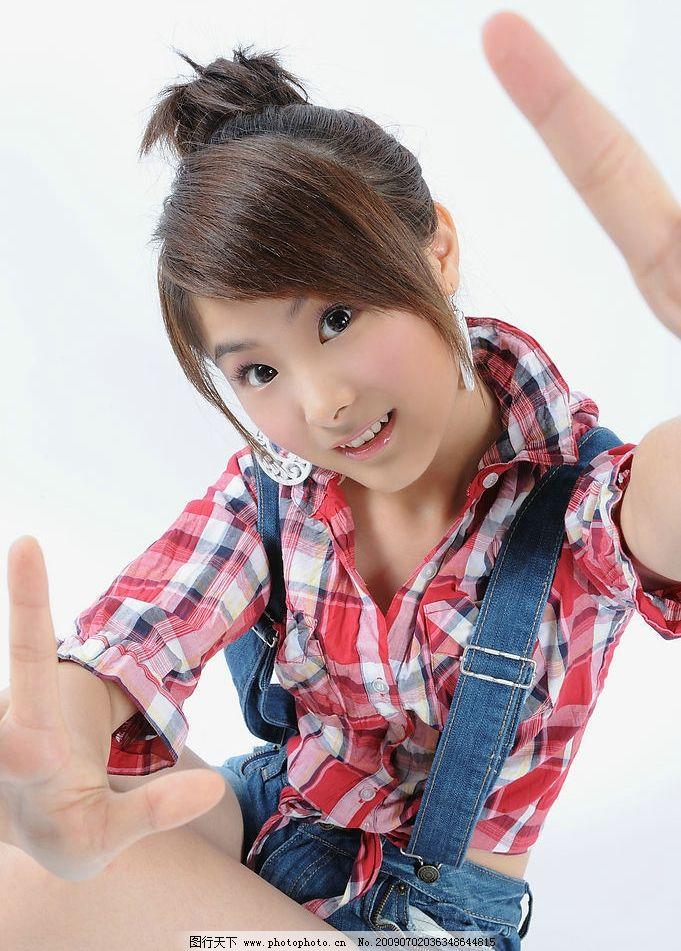 艺人王小挺 少女 美丽 清纯 可爱 红色 格子 背带 人物图库