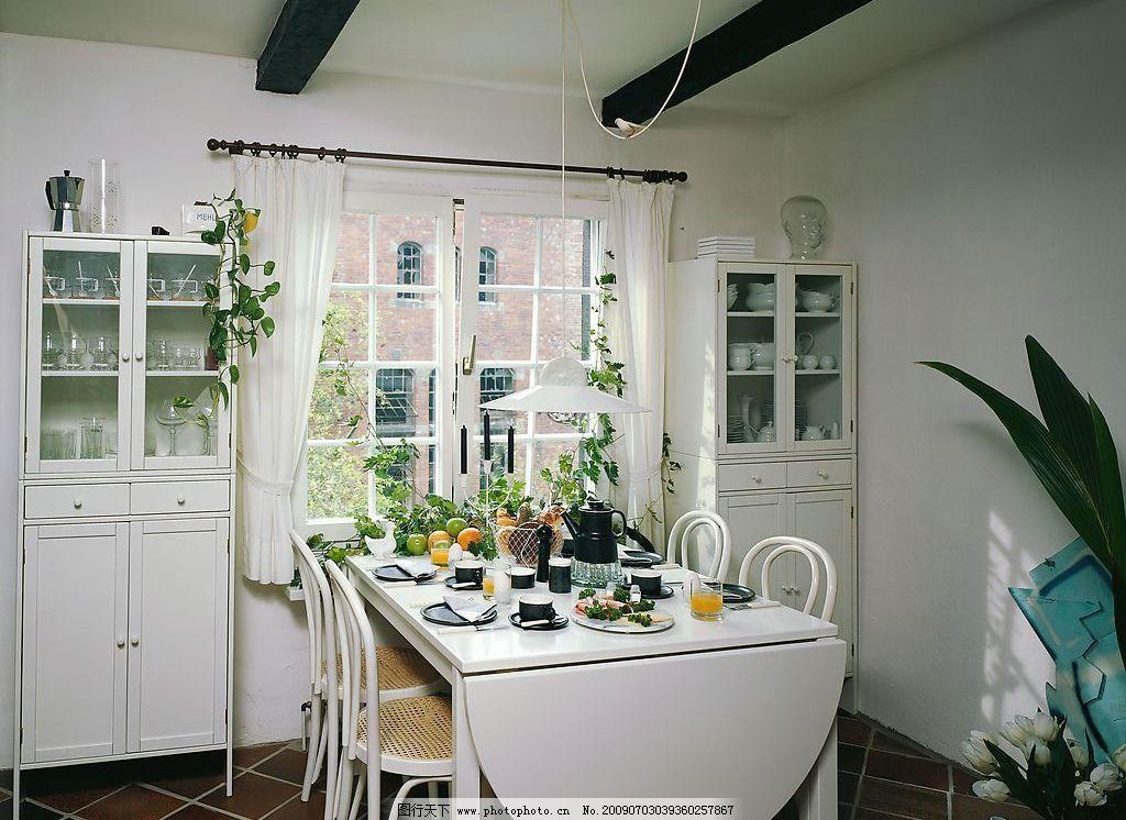 室内摄影 餐厅 白色 窗户 窗帘 椅子 白色桌子 绿色植物 饮料 瓷器
