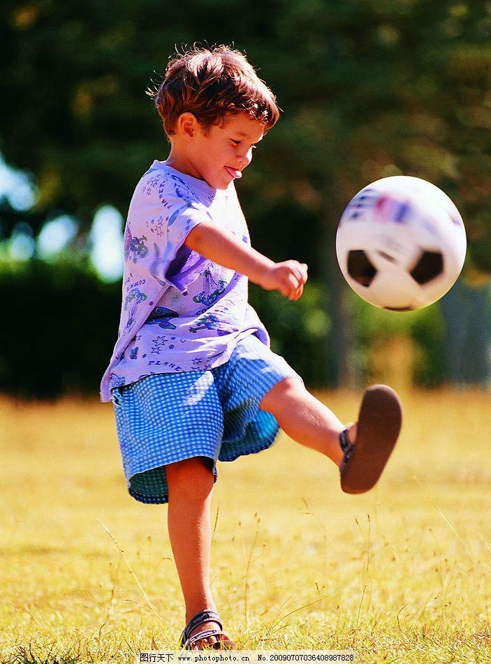 小孩子踢球图片