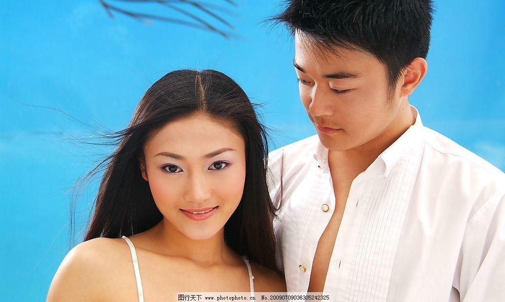 海滩情侣 海边 蓝天 美女 帅哥 人物 婚纱 人物摄影 摄影图库