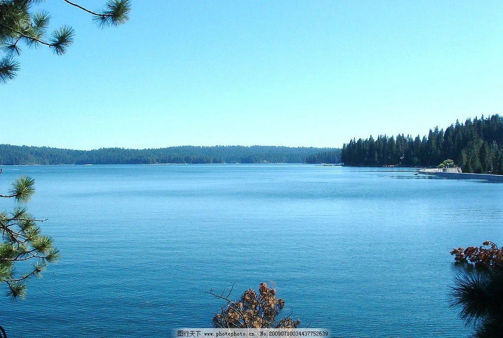 湖泊 美丽风景 蓝天 白云 云层 天空 树木 高山 景色 山峰 池塘 倒影