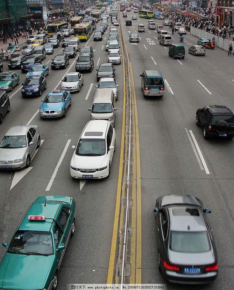 繁忙的城市交通 拥挤的车流 双向六车道 拦杆 车道线 车道方向标志
