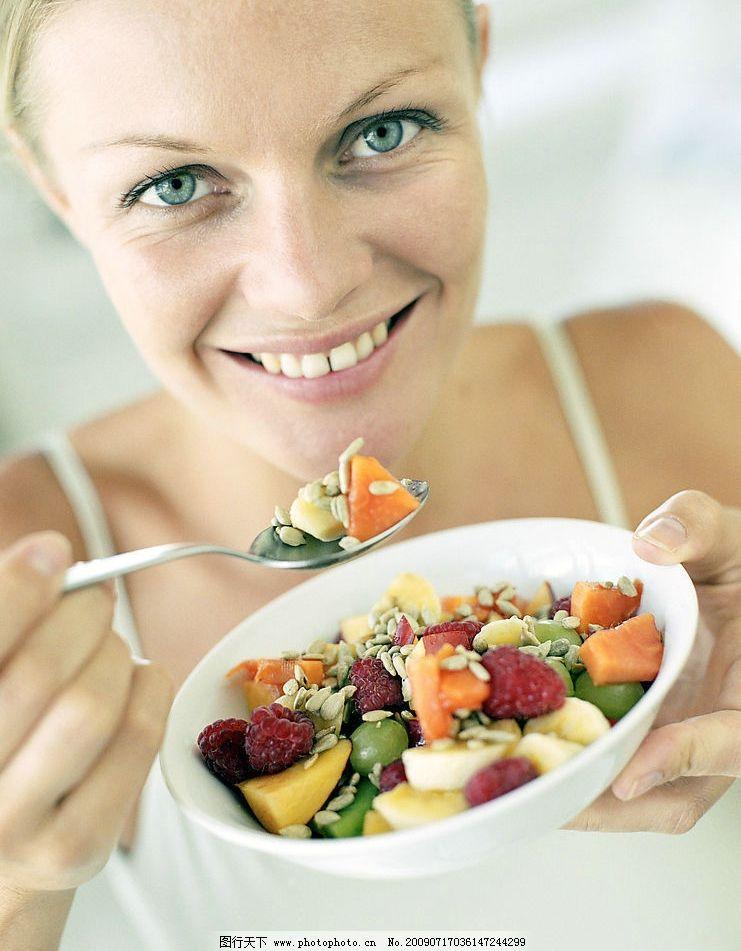 吃水果丁的女人图片