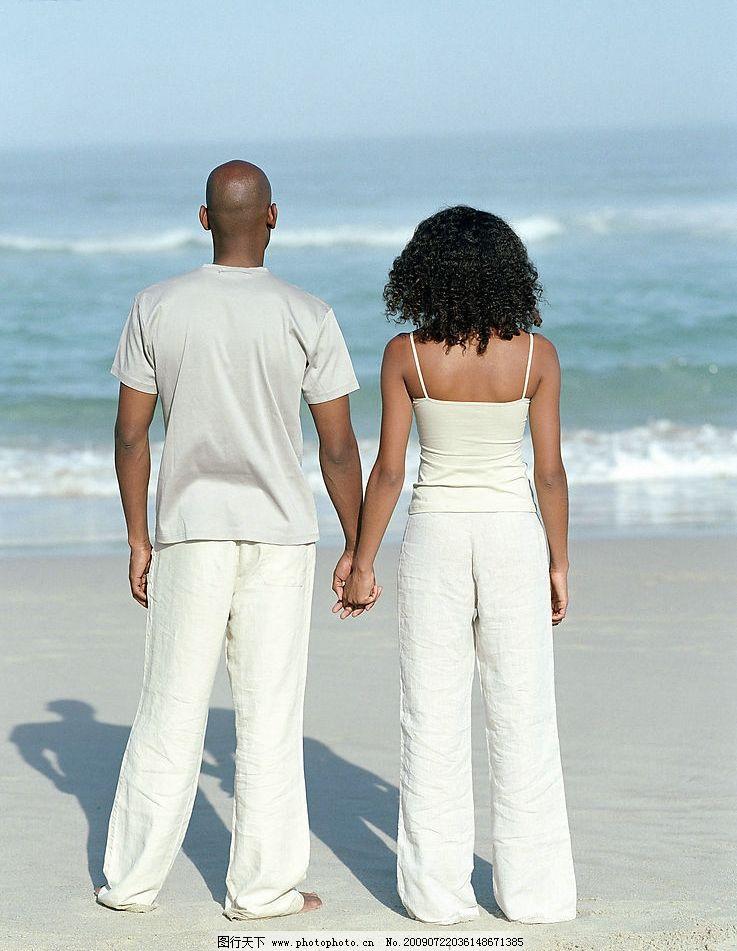 牵手 海边 男女 男人 女人 背影 潮水 情侣 爱人 夫妻 人物图库 日常图片