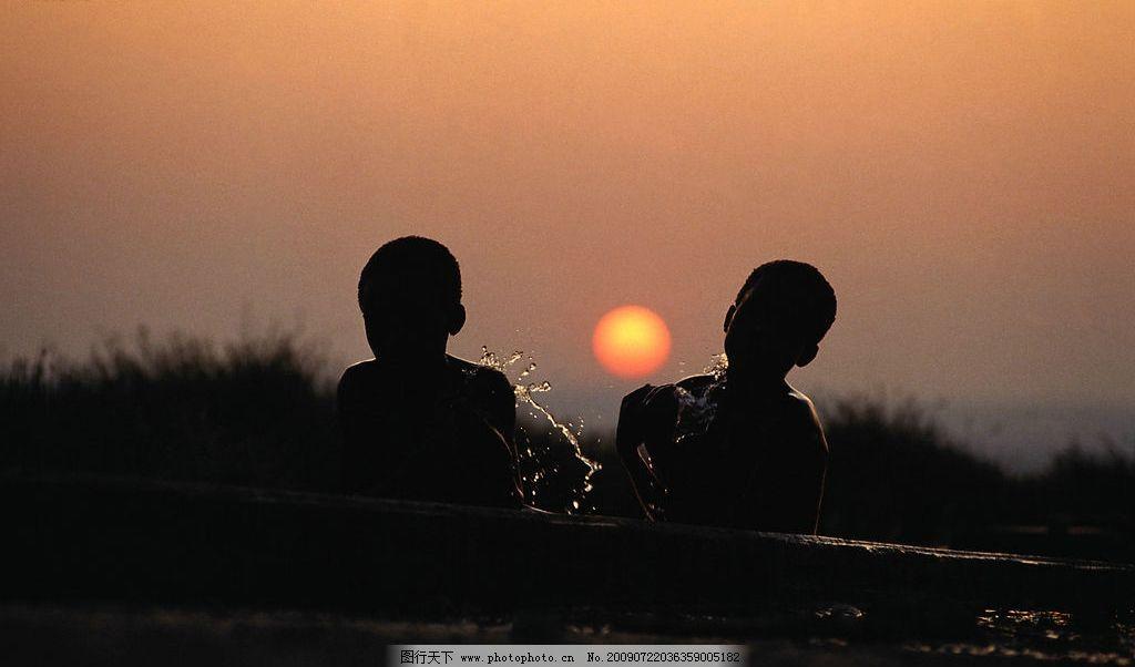 嬉戏的男孩 小男孩 嬉戏 玩水 两个孩子 逆光 背影 夕阳 黄昏 河里