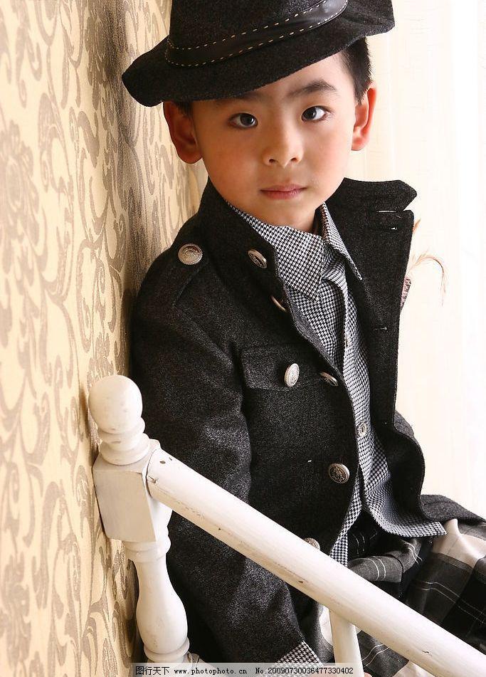 小男孩 黑色冒 时尚童装 酷男生 可爱宝宝 靠墙 人物图库 儿童幼儿