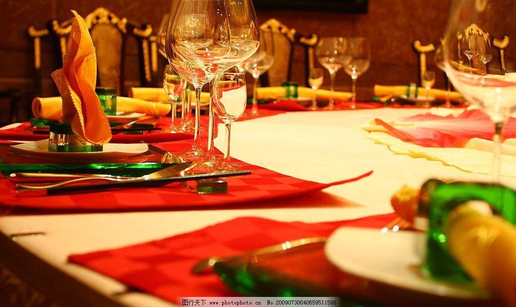 酒店宴会餐具摆台图片图片