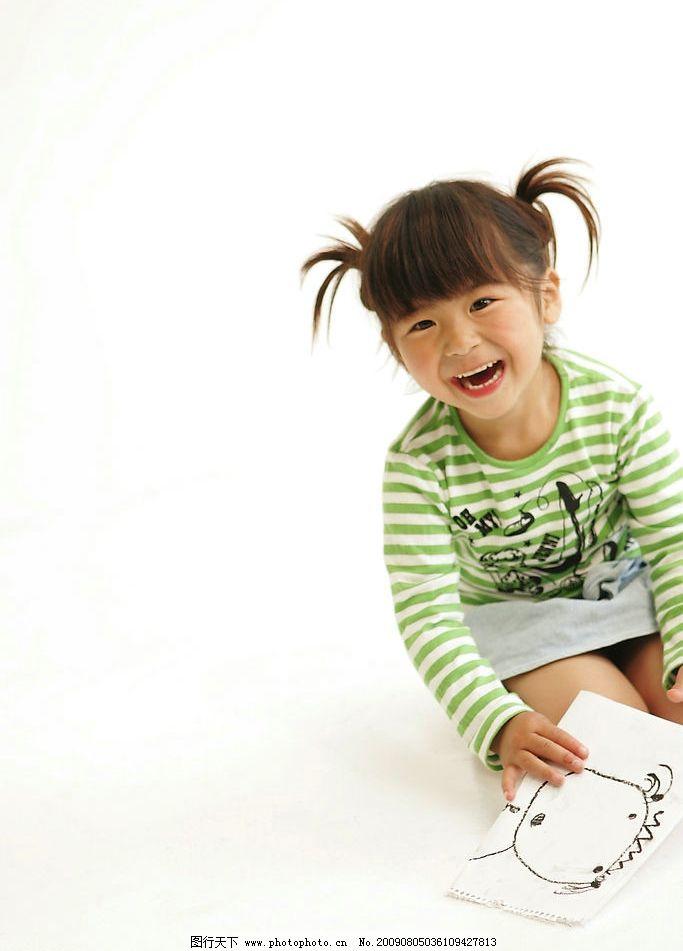 小女孩 女孩 画本 开心 画画 人物图库 日常生活 摄影图库 350dpi jpg