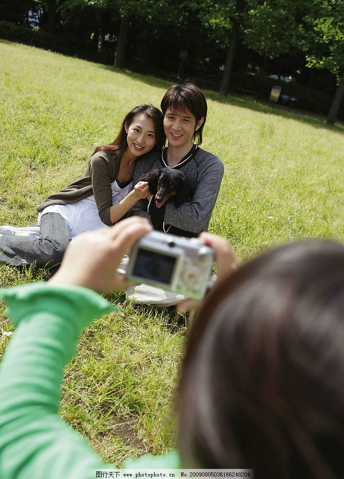 一家人 男人 女人 兒童 孩子 草地 數碼相機 拍照 日常生活