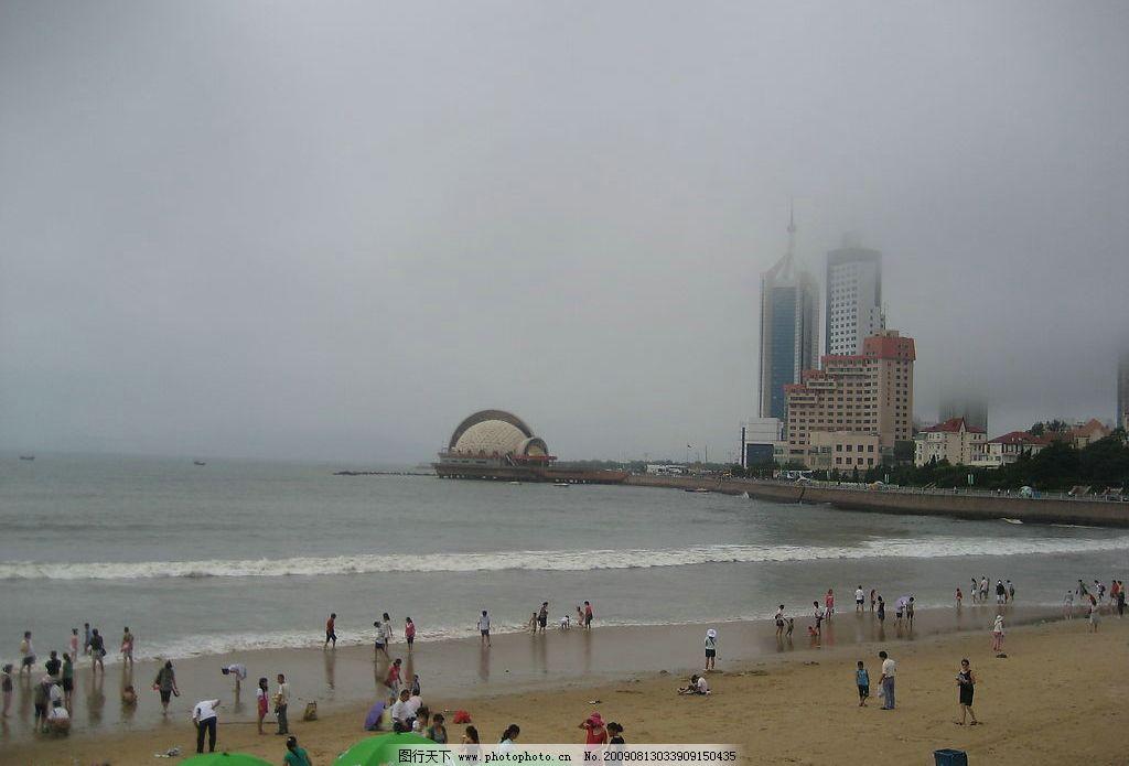城市海边 楼房 城市 海滨 游客 天空 沙滩 白云 树木 旅游摄影 国内