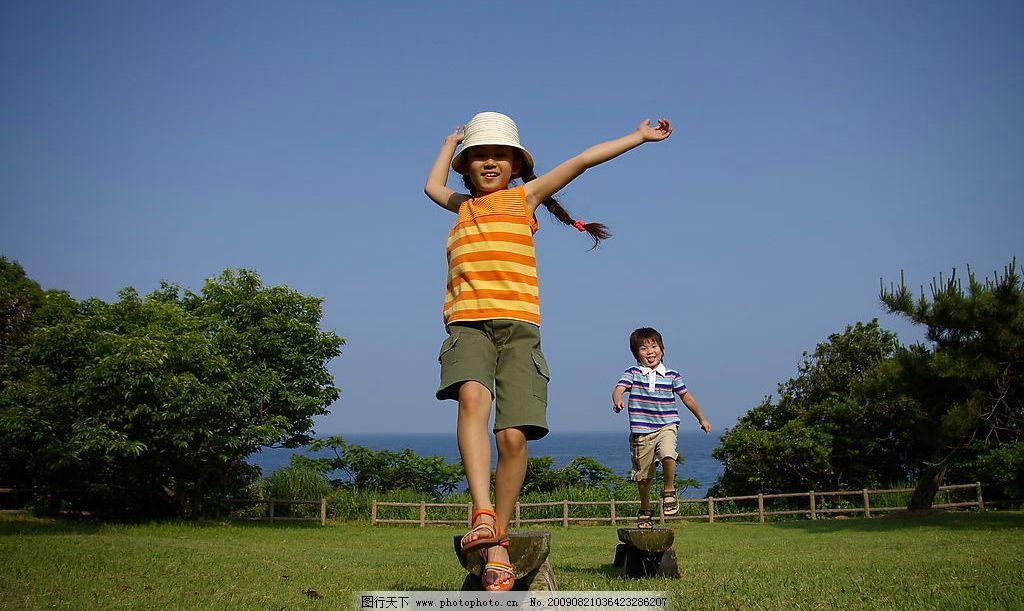 儿童 自然 天空 草地 树木 大海 平衡木 男孩 女孩 游戏 欢快