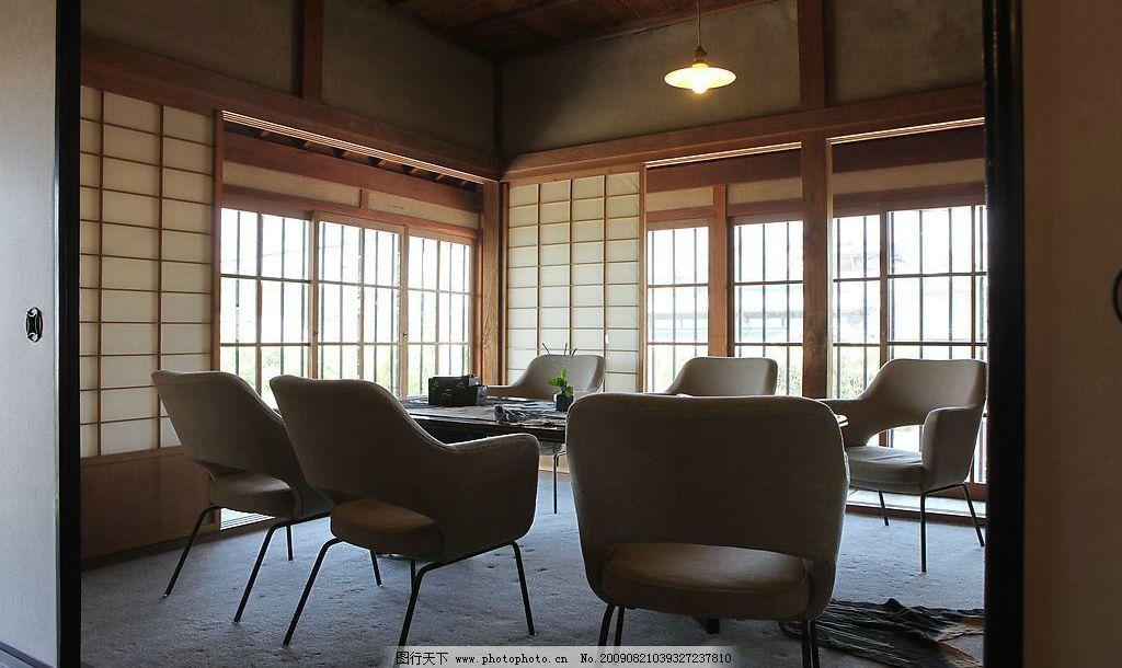 景物 室内 房间 木条间墙 窗户 拉门 木板房顶 桌子 椅子 电灯 灯光