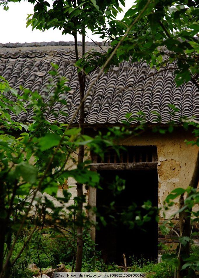 乡间小屋 瓦屋 树 破房子 乡村风景 田园风光 自然景观 摄影 72dpi