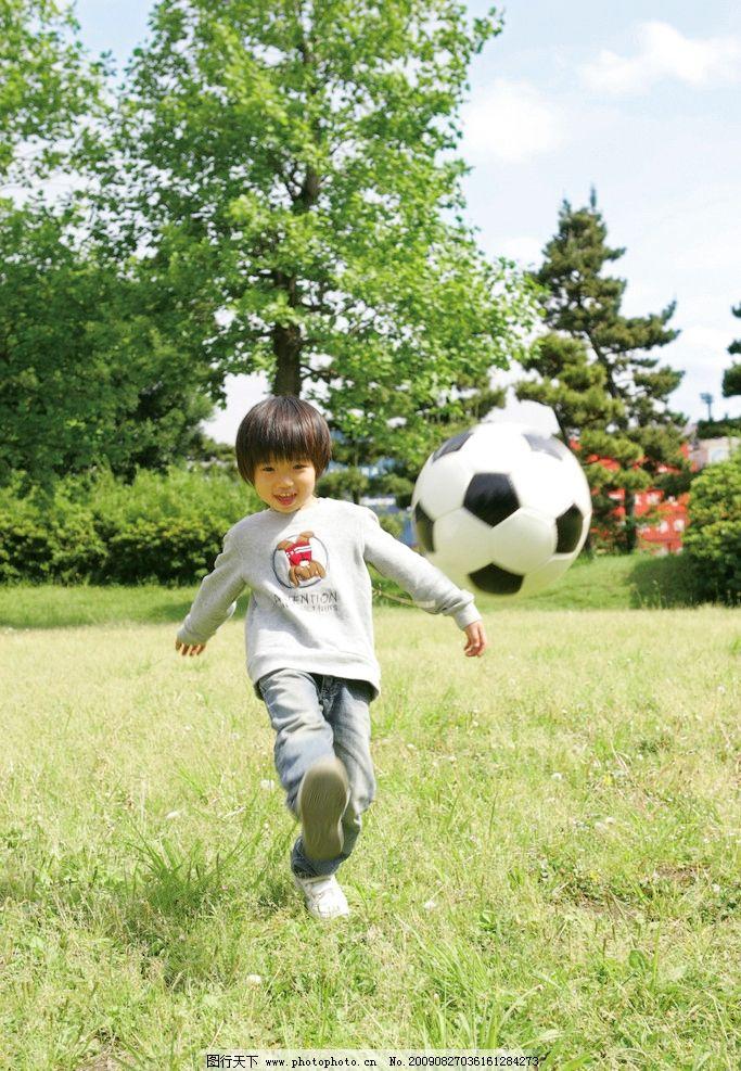 踢足球的小男孩图片