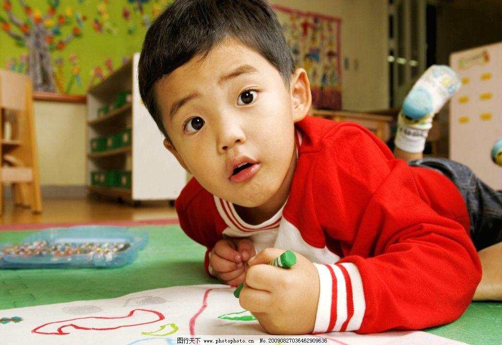 幼儿园儿童学画画 小男孩