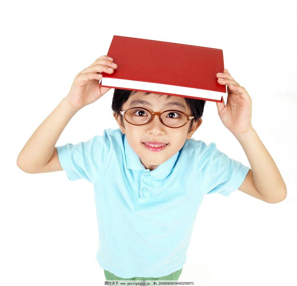 头顶书本的小男孩 男生 眼镜 蓝色 红色 t恤 可爱 素材 可爱的小孩