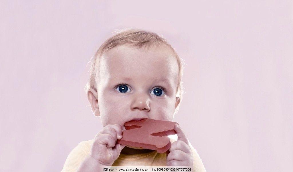 小孩玩玩具 可爱的小女孩 外国小孩 儿童幼儿 人物图库 摄影
