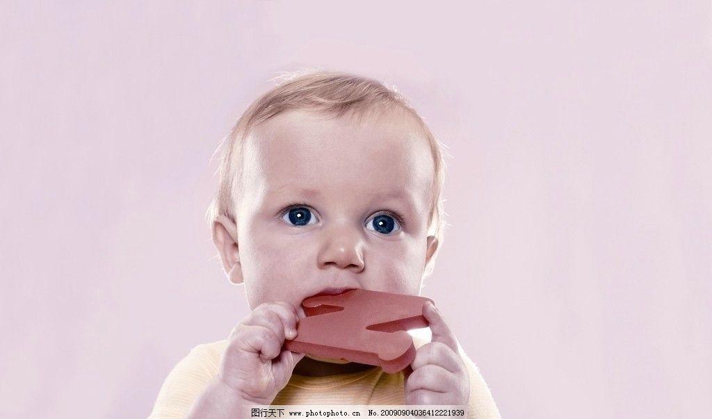 小孩玩玩具 可爱的小女孩 外国小孩 儿童幼儿 人物图库 摄影 300dpi