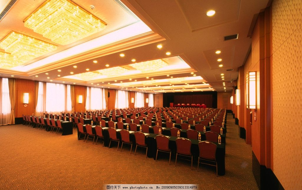 大型会议室 吊顶 吊灯 桌子 椅子 天花板 会议桌 装饰画 商业空间酒店