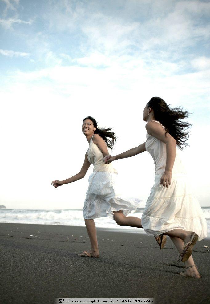 海滩奔跑的少女 蓝天白云 旅游 人物女性 女性女人 摄影