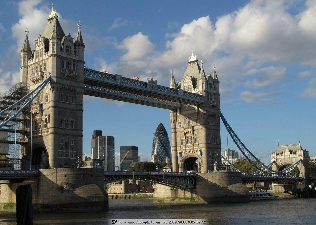 著名的英国伦敦塔桥 摄影 风景 英国国旗 旗杆 江水 小船 堤岸