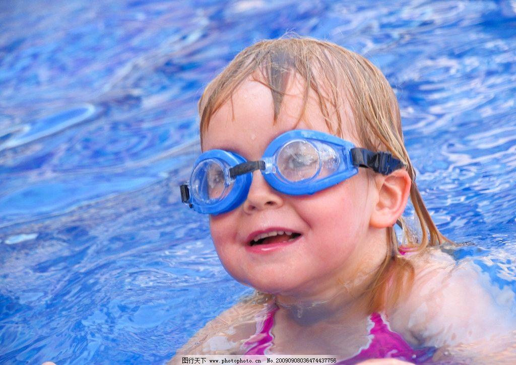 游泳池小女孩 游泳镜 度假 外国小朋友 水 笑脸 儿童幼儿 人物图库