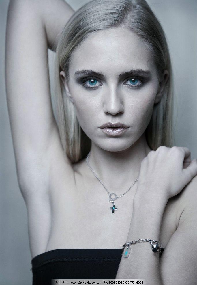 项链模特 黑白照片 金发 美女 性感 美丽 漂亮 钻石 钻饰 手链 女性