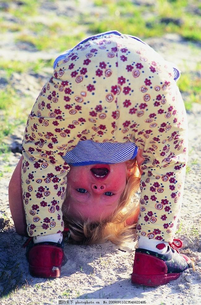 可爱的外国小女孩 小孩 淘气 儿童 裤子 儿童幼儿 人物图库 摄影 300d