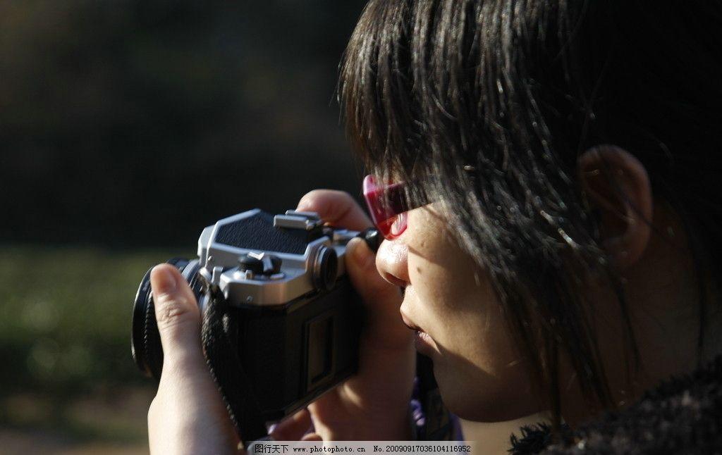 摄影师 女孩 女摄影师 相机 佳能 漂亮女还 专注 职业人物 人物图库 7