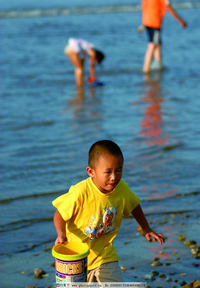 海边儿童 小男孩 大海 水 玩耍 儿童幼儿 人物图库 摄影 300dpi jpg