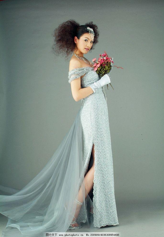 婚纱照 女人单人 捧着鲜花 扎着头发的新娘 站姿 婚纱样片 dpi300
