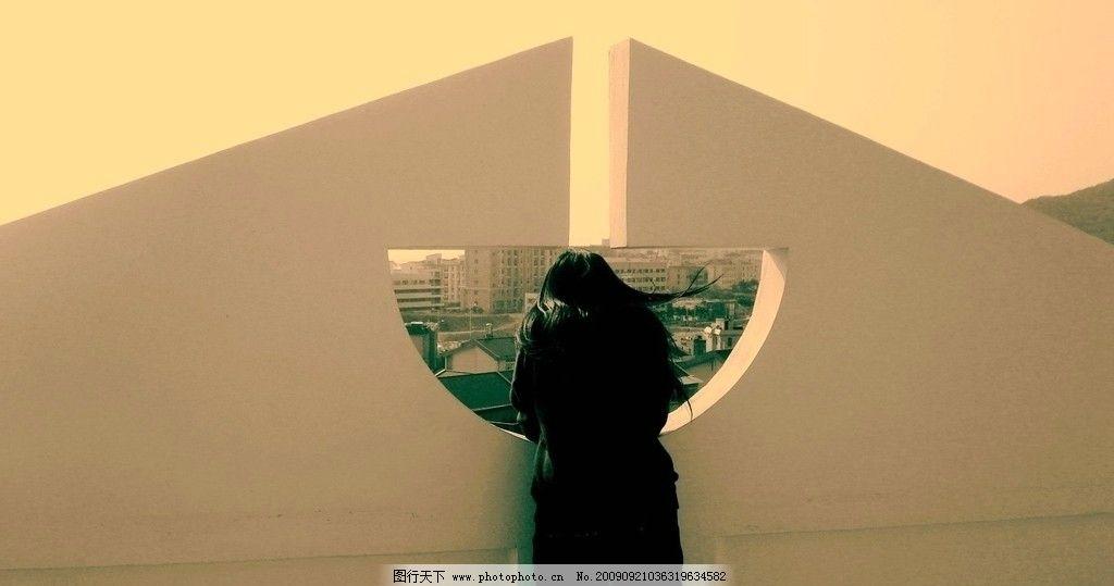 背影 天台 风景 旧照片 长发 人物摄影 人物图库 72dpi jpg
