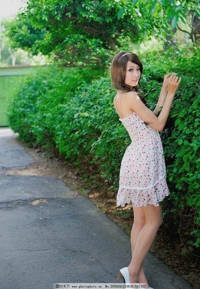 小芭的白色高跟外拍 美女模特 小芭台湾 清纯 可爱 时尚 清晰