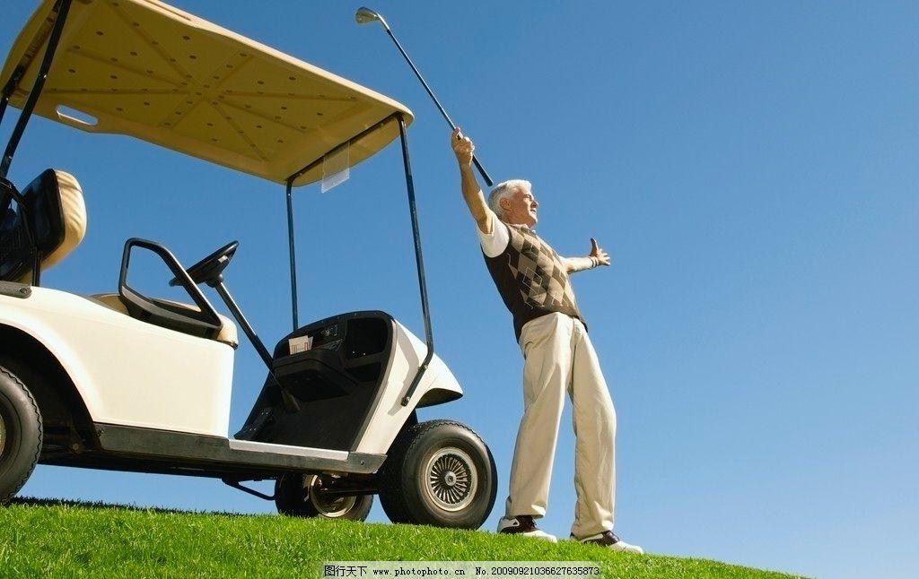 高尔夫球场 高尔夫球车 蓝天 老年人物 人物图库 摄影 300dpi jpg