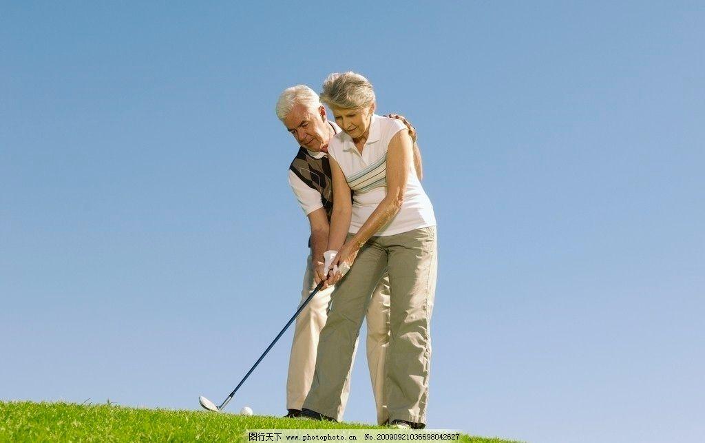 高尔夫球场 老年人高尔夫球手 高尔夫球杆 高尔夫球场草地 老年人物