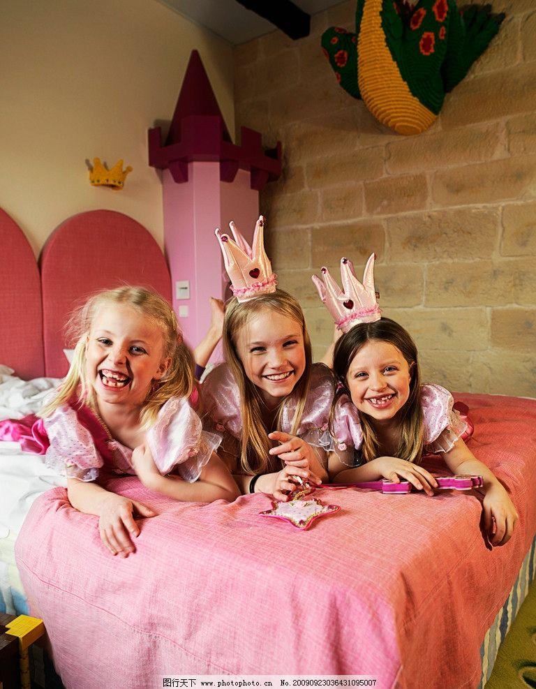 快乐的三个外国小女孩 粉色 床 皇冠 可爱 儿童幼儿 人物图库 摄影 30