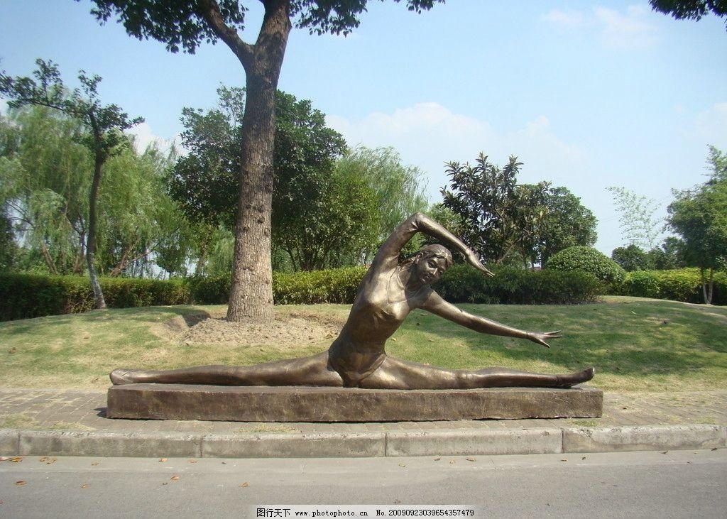女子 雕塑 雕像 铸铜 园林 草地 树木 蓝天 白云 路边 野马人物雕塑