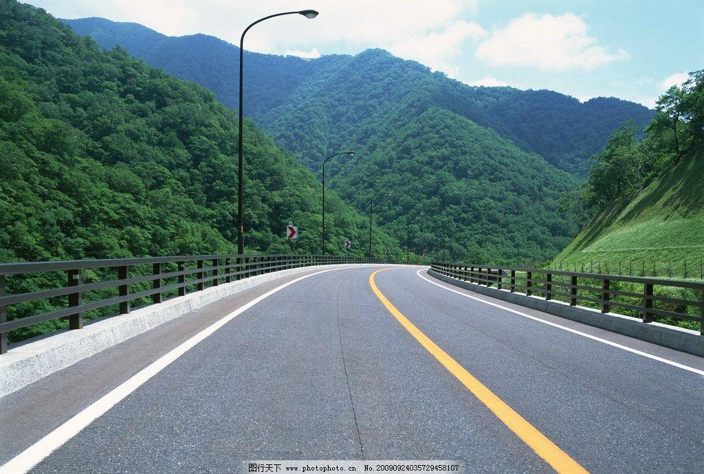 公路 马路 宽广 视野 蓝天 白云 天空 高清 风景 花朵 野外 郊外 绿树