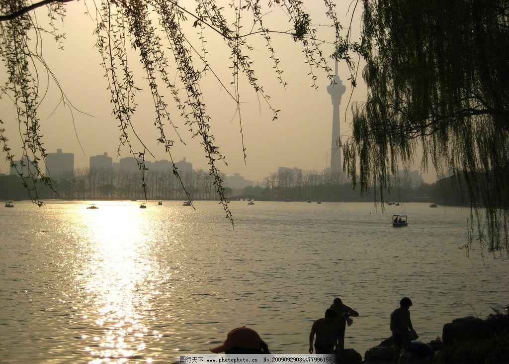 湖畔 夕阳 柳树 小船 山水风景 自然景观 摄影 180dpi jpg